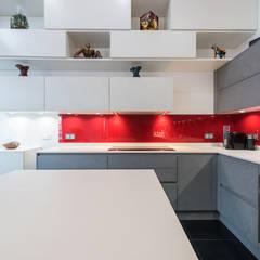 L'alliance des poutres et du béton: Cuisine de style de style Industriel par LA CUISINE DANS LE BAIN SK CONCEPT