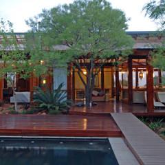 Entertainment area:  Single family home by Hugo Hamity Architects
