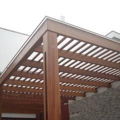 Proyecto - Dirección - Construccion de techo interior y pergola exterior - Mar del Plata.: Techos de estilo  por GRUPO CONSARQ