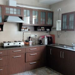 Old flat renovation:  Kitchen units by Rennovate Home Solutions pvt ltd