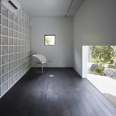 IN アトリエとライブラリーのある家: 山縣洋建築設計事務所が手掛けたフローリングです。