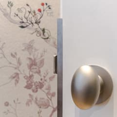 Floral metallic dressing room and satin chrome knobs:  Dressing room by Studio 29 Architects ltd
