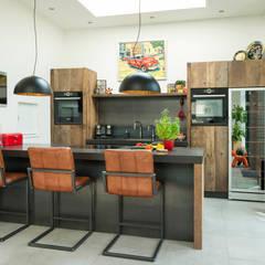MODERNE OUD EIKEN KEUKEN MET EEN INDUSTRIEEL TINTJE: industriële Keuken door RestyleXL