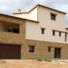 Fachada de estilo rural: Casas unifamilares de estilo  de linkehome arquitectura