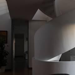 Villa Giusy: Scale in stile  di Kei_en.enzocalabresedesignstudio Srl