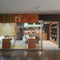 Fachada del local culminada: Restaurantes de estilo  por MARATEA Estudio
