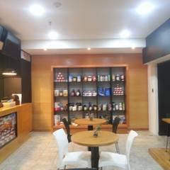 Mueble de exhibición terminado: Restaurantes de estilo  por MARATEA Estudio