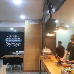 Vista lateral de la barra y área de mesas: Restaurantes de estilo  por MARATEA Estudio
