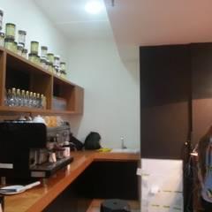 Vista interna del área de trabajo. Barra: Restaurantes de estilo  por MARATEA Estudio