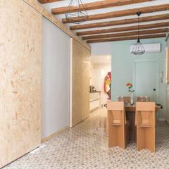 Un piso rumbero en el Raval: Comedores de estilo rústico de Silvia R. Mallafré
