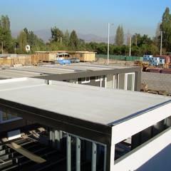 Planchas de Fibrocemento para conformar la estructura de estas casas modulares: Casas prefabricadas de estilo  por Constructora Las Américas S.A.