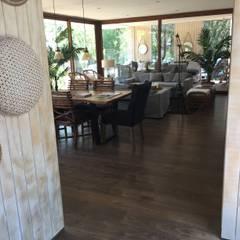 piso laminado hidro repelente instalado en living comedor de casa modular: Comedores de estilo  por Constructora Las Américas S.A.