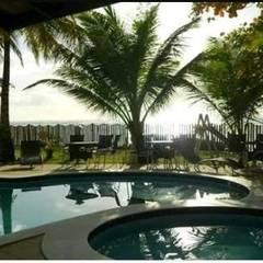 Vista do Restaurante para a Piscina: Hotéis  por Arquitetura & Design - Marcela Tavares