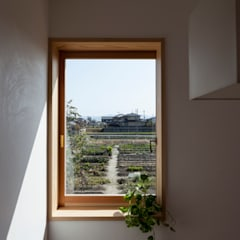 Wooden windows by 中山建築設計事務所,