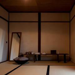 山陵の家: 中山建築設計事務所が手掛けた寝室です。,