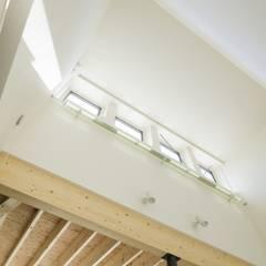 ハイサイドライト: 富谷洋介建築設計が手掛けた窓です。