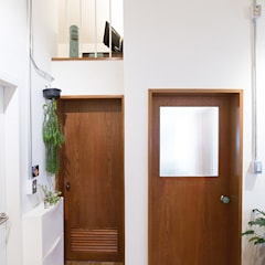 Puertas de madera de estilo  por 미우가 디자인 스튜디오