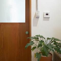 Wooden doors by 미우가 디자인 스튜디오