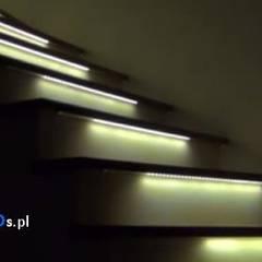"""Animowane oświetlenie schodów typu """"Fala świetlna"""": styl , w kategorii Schody zaprojektowany przez Apacheta Smart Systems"""