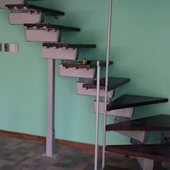 Proceso de instalación escalera modular Rintal modelo Tech en Chile por Las Américas: Escaleras de estilo  por Constructora Las Américas S.A.