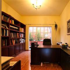 Casa Danzantes: Estudios y oficinas de estilo clásico por D&C Arquitectos