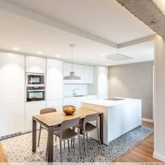 Reforma Integral de Vivienda: Cocinas integrales de estilo  de TALLER VERTICAL Arquitectura + Interiorismo