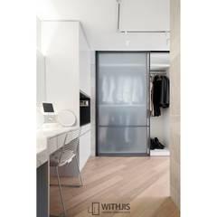 드레스룸 슬라이딩 도어-트리마제 갤러리아포레: WITHJIS(위드지스)의  문,모던