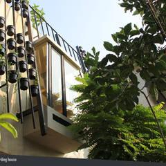 Rumah Beranda - Green Boarding House: Koridor dan lorong oleh sigit.kusumawijaya | architect & urbandesigner,