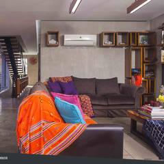 Rumah Beranda - Green Boarding House: Ruang Keluarga oleh sigit.kusumawijaya | architect & urbandesigner, Industrial Kayu Wood effect