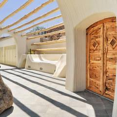 ingresso sul patio: Ingresso & Corridoio in stile  di Alfredo Pulcrano