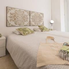 HOME STAGING APARTAMENTO EN PLAYA D'EN BOSSA - IBIZA: Dormitorios de estilo  de ROX & IRE IBIZA SL