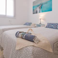 HOME STAGING APARTAMENTO EN PLAYA D'EN BOSSA - IBIZA: Dormitorios infantiles de estilo  de ROX & IRE IBIZA SL