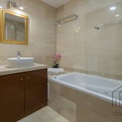 HOME STAGING APARTAMENTO EN PLAYA D'EN BOSSA - IBIZA: Baños de estilo  de ROX & IRE IBIZA SL