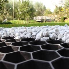Kieswaben mit Unkrautvlies in schwarz: moderner Garten von Amagard.com - Gartenmaterialien