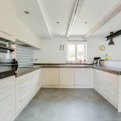 Maison Alsacienne : Cuisine intégrée de style  par Studio Fan Déco