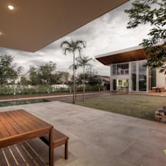 Single family home by Olaa Arquitetos