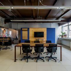 Espaço Coworking + TV + Flipchart: Escritórios  por Ornella Lenci Arquitetura