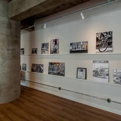 Espaço para quadros + fotos: Escritórios  por Ornella Lenci Arquitetura