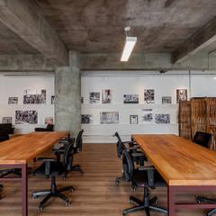 Espaço Coworking + quadros: Escritórios  por Ornella Lenci Arquitetura