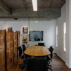 Reunião informal + TV: Escritórios  por Ornella Lenci Arquitetura