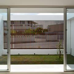 ルーバーBOX: 久友設計株式会社が手掛けた庭です。,モダン
