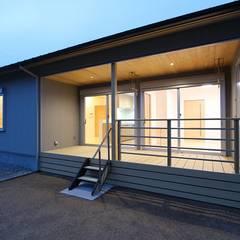 夜のテラス: 松井設計が手掛けた家です。