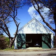 Puertas de garajes de estilo  por ミナトデザイン1級建築士事務所