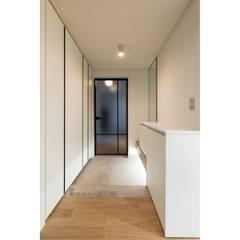 Puertas de estilo  por WITHJIS(위드지스), Moderno