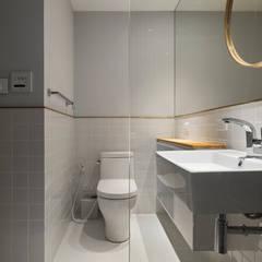Ronn Residence 平面設計師的家:  浴室 by Studio In2 深活生活設計,