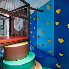 Climb the wall or the steps to enter the blue ball pool: eclectic Nursery/kid's room by Tigerplay at Home