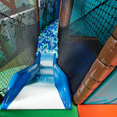 Waterfall slide in to ball pool: eclectic Nursery/kid's room by Tigerplay at Home