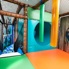 Padded steel softplay structure with crawl tube, biff bash bags, slide and  more: eclectic Nursery/kid's room by Tigerplay at Home