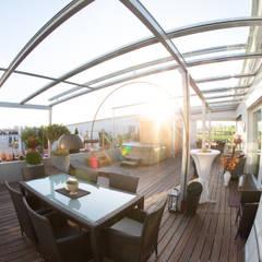 Terrassendachkonstruktion auf einer Dachterrasse mit Glas und Aluminium:  Terrasse von Schmidinger Wintergärten, Fenster & Verglasungen
