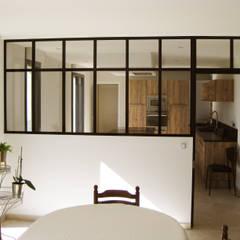 Cuisine / séjour: Cuisine intégrée de style  par One look inside